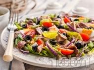 Салата с риба тон, чери домати, спанак, маслини и каперси и меден дресинг